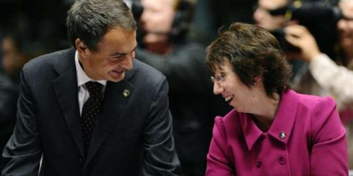 Le premier ministre espagnol, José Luis Zapatero, qui a pris la présidence tournante de l'Union européenne, et Catherine Ashton, haute représentante de l'Union, le 10 décembre à Bruxelles.