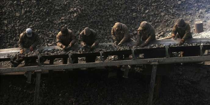 Des ouvriers travaillent dans une mine de charbon. Lundi 6 octobre, 28 personnes ont été blessées et une autre est portée disparue, après l'explosion d'une mine dans le sud de la Pologne.