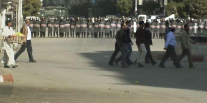 A Nagaa Hamadi, en Haute-Egypte, des heurts ont opposé, le 7 janvier 2010, les forces de l'ordre et la foule venue assister aux funérailles des victimes d'une fusillade survenue la veille, lors du Noël copte.