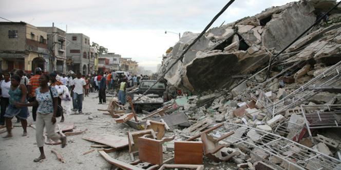 Des Haïtiens dans les rues de Port-au-Prince après le séisme qui a touché l'île, mardi 12 janvier.