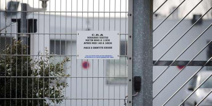 Entrée d'un centre de rétention administrative.