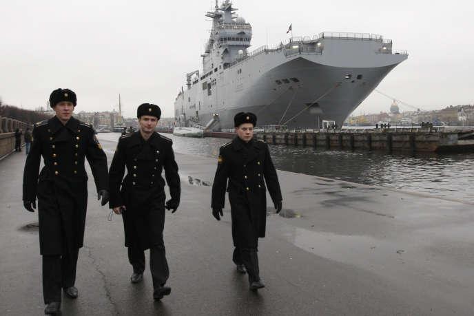 Un navire de guerre français de type Mistral amarré sur les bords de la Neva, à Saint-Pétersbourg, le 23novembre2009.