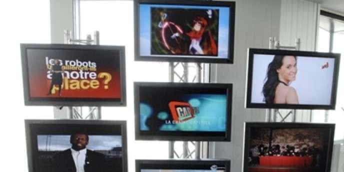 Des écrans diffusent les premières images des sept nouvelles chaînes gratuites diffusées en numérique sur la région Ile-de-France, le 20 mars 2008 au siège du CSA à Paris, le jour de leur lancement officiel.