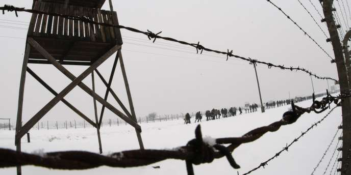 Photo prise jour du 65e anniversaire de la libération du camp d'Auschwitz-Birkenau, le 27 janvier 1945.