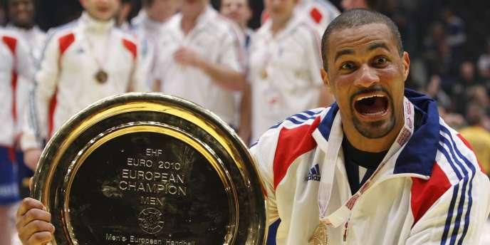 Didier Dinart et le trophée de champion d'Europe de handball à Vienne le 31 janvier 2010.