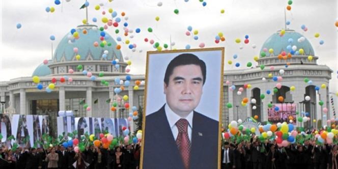 Un portrait du président turkmène Gourbangouly Berdymoukhamedov lors des célébrations de l'indépendance du Turkménistan, le 27 octobre 2009.