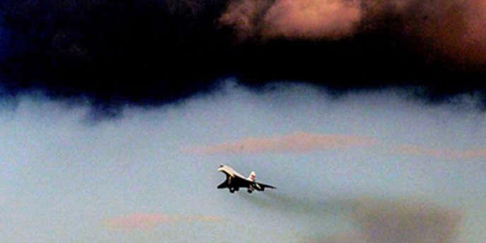Le Concorde quitte Londres, pour un dernier vol, le 24 octobre 2003.