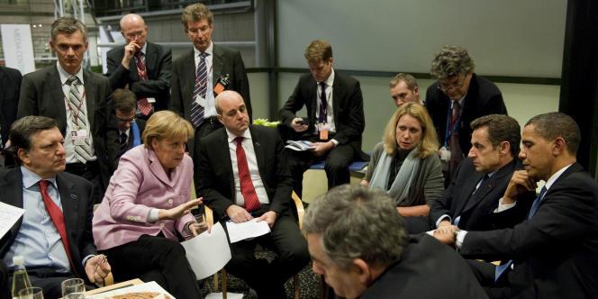 Le président américain, Barack Obama, avec les dirigeants européens : José Manuel Barroso (à gauche), Angela Merkel, Fredrik Reinfeldt, Nicolas Sarkozy et Gordon Brown, lors du sommet de Copenhague sur le climat, le 18 décembre 2009.