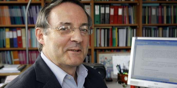 François Héran, l'ancien directeur de l'Institut national d'études démographiques (INED), et président du Comité pour la mesure et l'évaluation de la diversité et des discriminations (Comedd), le 4 février 2010 à Paris dans son bureau.