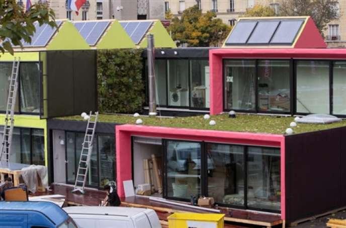 Des modèles de bâtiments à basse consommation en énergie exposés à l'occasion du salon Batimat à Paris, en novembre 2009.