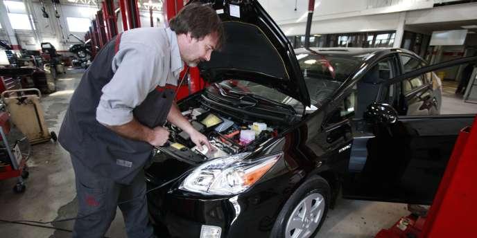 Examen d'un véhicule dans une concession Toyota aux Etats-Unis.
