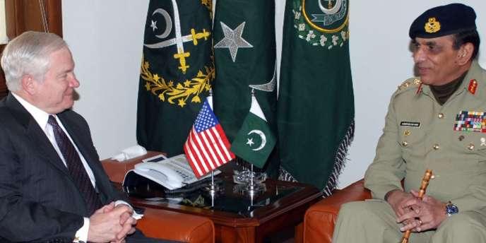 Le général Ashfaq Kayani (à droite) en négociation avec le secrétaire américain à la défense, Robert Gates (à gauche), au quartier général de l'armée pakistanaise, à Rawalpindi, le 21 janvier 2010.