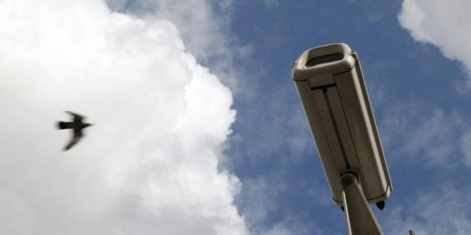 La CNIL a mis en demeure Apple de cesser de surveiller les salariés de ses Apple Stores à l'aide de caméras.