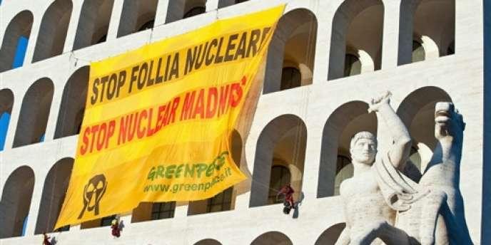 Une bannière de Greenpeace contre le nucléaire déployée à Rome en 2010.