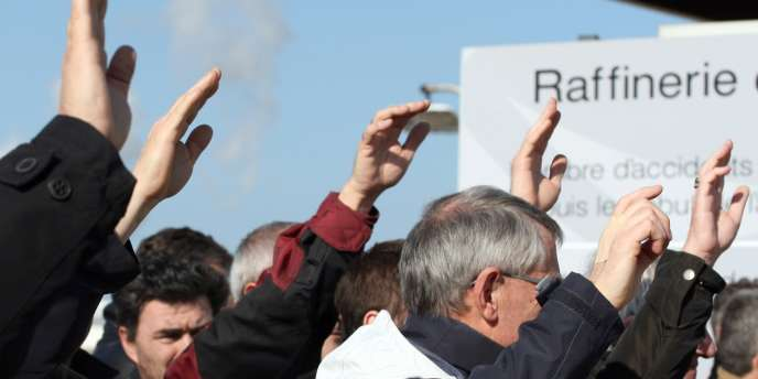 Vote à main levée lors d'une grève dans une raffinerie de Total, en février 2010.