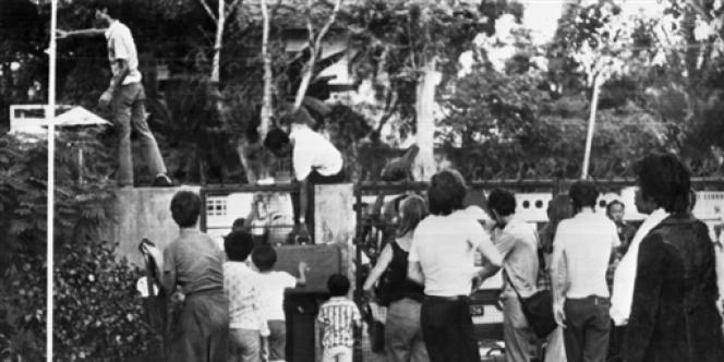 Des centaines de Cambodgiens se précipitent dans l'ambassade de France à Phnom Penh pour échapper à l'évacuation de la capitale, le 17 avril 1975.