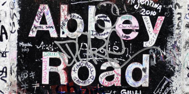 Graffitis sur l'entrée du studio d'Abbey Road, au nord de Londres.