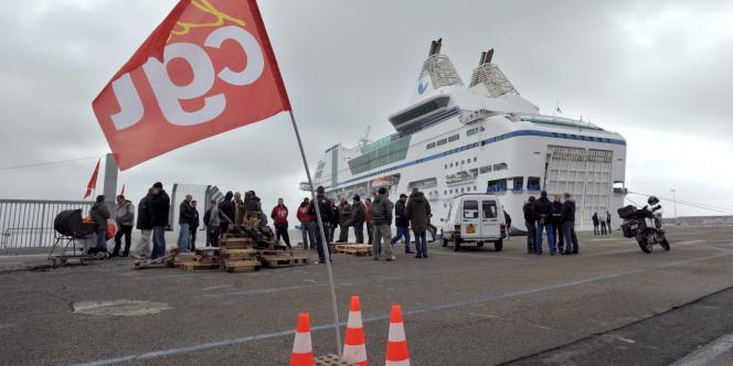 L'intersyndicale de la SNCM a appelé à une grève de 24 heures mardi pour protester contre la décision de la direction d'affréter un ferry battant pavillon grec.