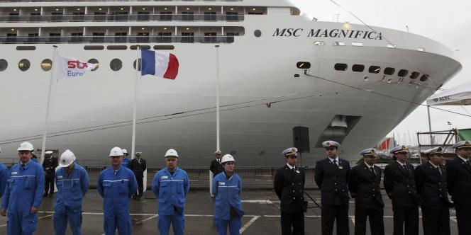 Ouvriers et membres d'équipage lors de la mise à l'eau du