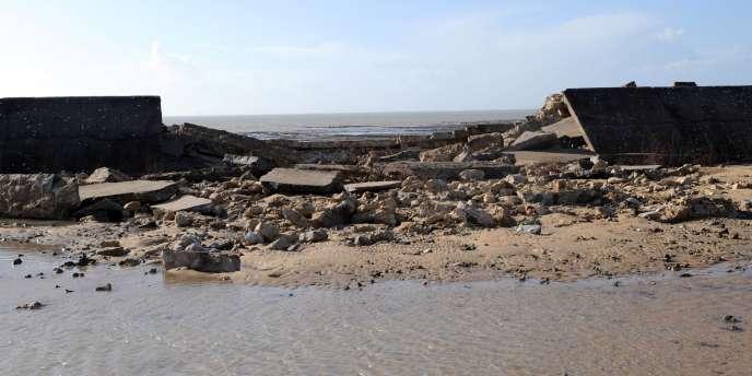 Vue d'une digue détruite à Saint-Martin-de-Ré, après la tempête Xynthia, le 28 février 2010.