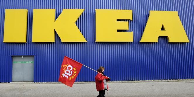 Une salariée d'Ikea en grève devant un magasin du groupe suédois à Lyon-Saint-Priest, le 13 février 2010.