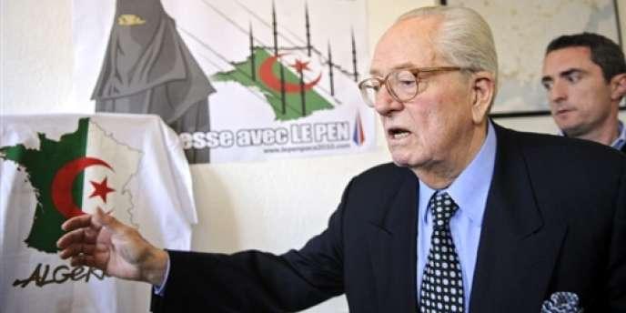 L'affiche litigieuse représentait une carte de France recouverte du drapeau algérien et barrée du slogan
