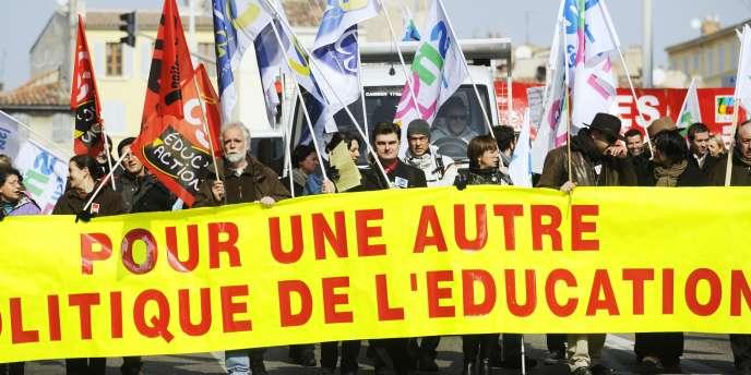 Manifestation à Marseille pour dénoncer les réformes du ministre de l'éducation Luc Chatel.