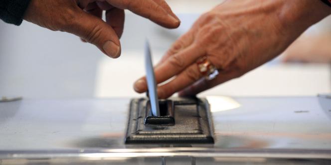 Dans un bureau de vote à Paris, en mars 2010.