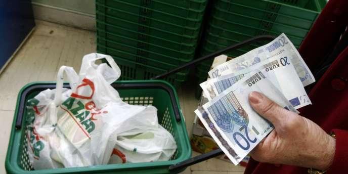 De plus en plus de particuliers grecs retirent leurs économies des banques, de peur qu'elles ne se transforment en drachmes.