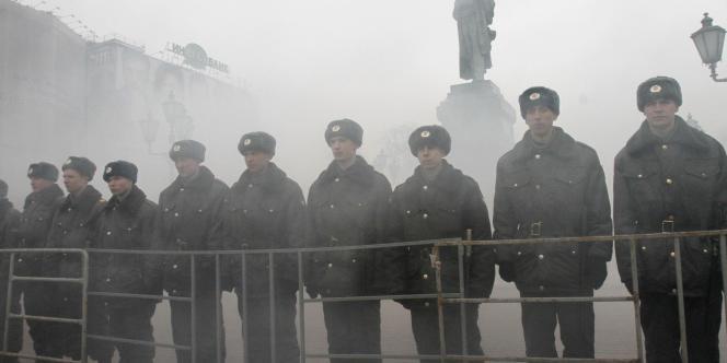 Des policiers forment une chaîne pour contenir une manifestation à Moscou, le 20 mars 2010.