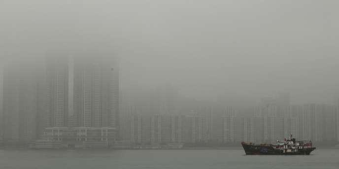 La pollution de l'air à Hong Kong, souvent plongé dans un brouillard gris, a atteint des records, dépassant le niveau  à partir duquel les autorités recommandent à la population d'éviter les sorties prolongées.