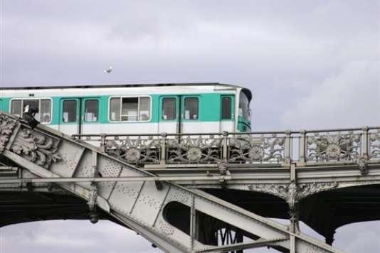 Un jeune homme est mort mardi 24 octobre sur le toit de la ligne 6 du métro parisien.