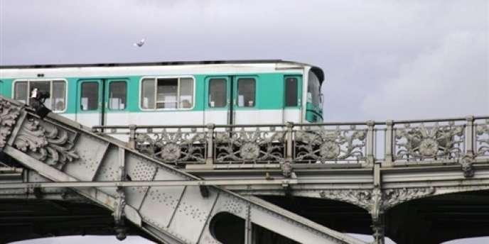 La RATP, le Syndicat des transports d'Ile-de-France (STIF) et la Société du Grand Paris (SGP) ont annoncé avoir attribué à Alstom Transport une commande de métros, d'un montant total de 2 milliards d'euros sur quinze ans.