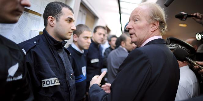 Brice Hortefeux, alors ministre de l'intérieur, salue des policiers, le 1er avril 2010, lors d'une visite au commissariat de Villepinte (Seine-Saint-Denis), dont dépend la ville de Tremblay-en-France où un bus a été incendié et un autre caillassé la veille dans la cité du Grand Ensemble.