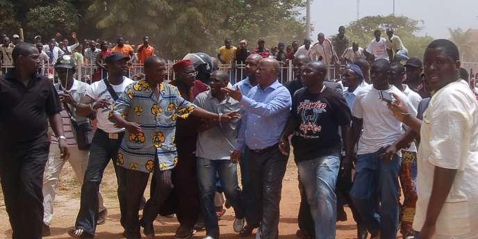 Le premier ministre guinéen, Carlos Gomes Junior, entouré de ses supporteurs après avoir été retenu par des militaires le 1er avril.