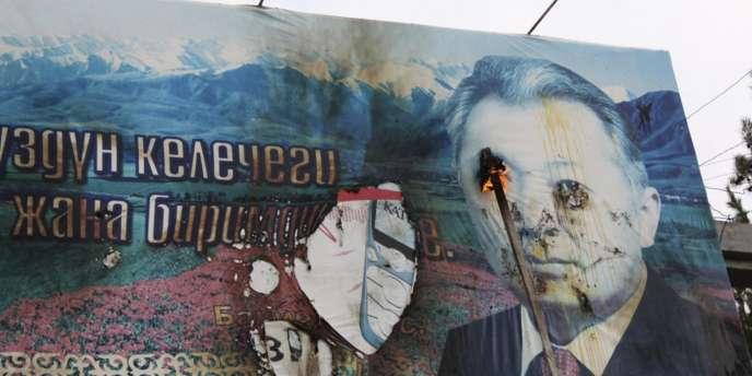 Un portrait vandalisé de l'ex-président Kourmanbek Bakiev en avril 2010.