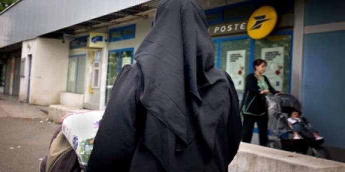 Une femme vêtue d'un voile à Vénissieux, près de Lyon.