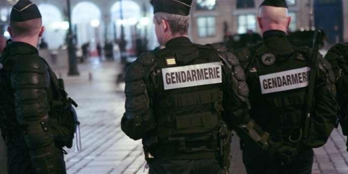 Des gendarmes en février 2010 à Paris.