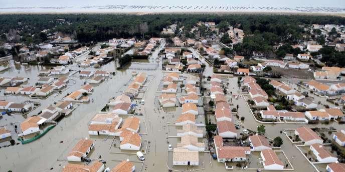 Vue aérienne réalisée le 3 mars 2010, en Vendée, de rues inondées après le passage de la tempête Xynthia.