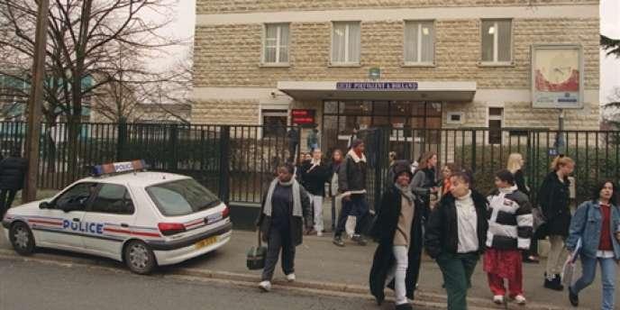 Des policiers en faction devant un lycée à Poissy.