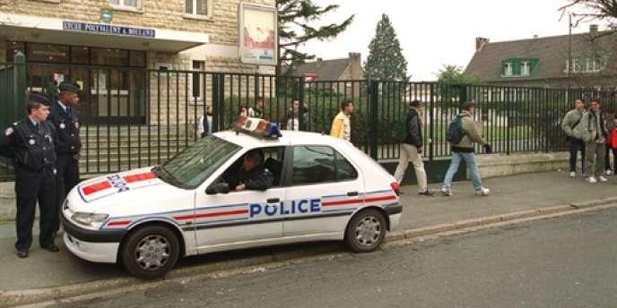 Policiers en faction devant un lycée professionnel, en janvier 2000 à Poissy (Yvelines).