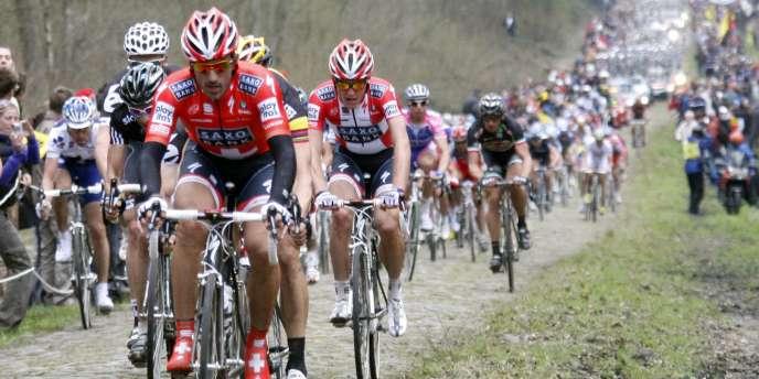 Fabian Cancellara dans la tranchée d'Arenberg sur Paris-Roubaix 2010.
