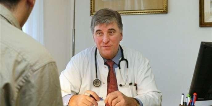 Un médecin généraliste s'entretient avec un patient
