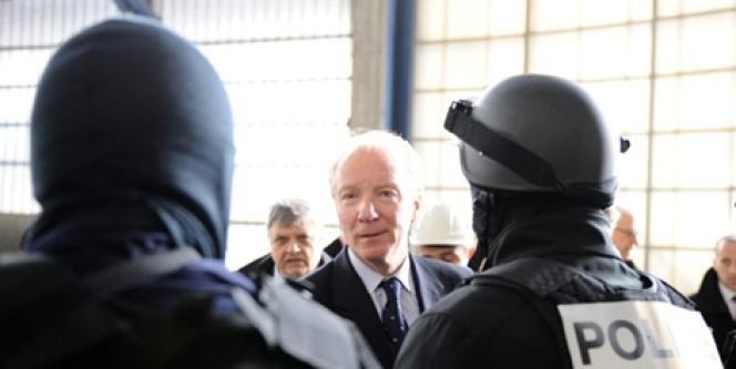 Brice Hortefeux et des policiers à Gonesse, le 23 février 2010.