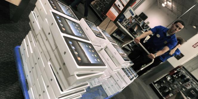 Des cartons de tablettes iPad dans un magasin...