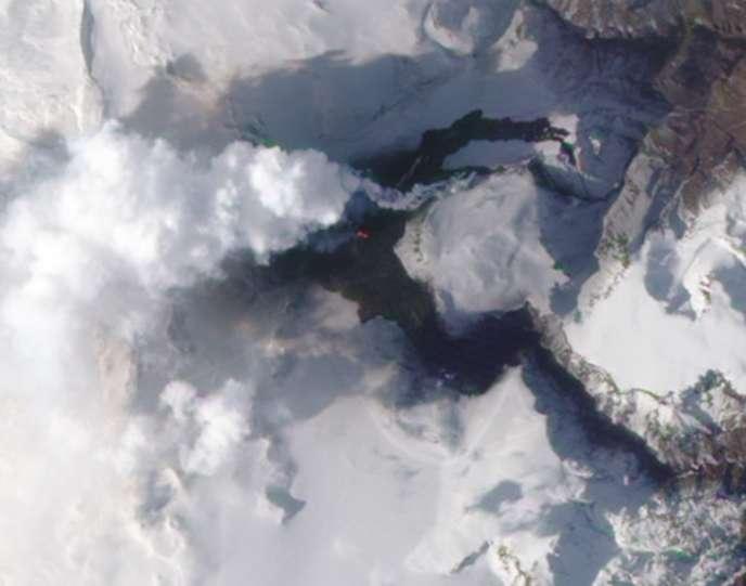 Une fissure près du volcan Eyjafjöll d'où s'échappent des fumées et des cendres.