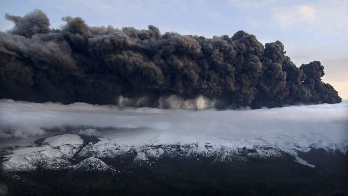 Vue du nuage de cendres après l'éruption du volcan Eyjafjallajökull en Islande, le 14 avril 2010.