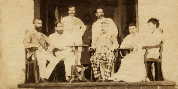 Arthur Rimbaud serait le deuxième à droite, à l'hôtel Univers, à Aden au Yémen, dans les années 1880.