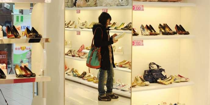 Hefei une ville de la province chinoise d'Anhui. Les modes de consommation évoluent dans le pays. Le luxe, jusqu'alors très masculin, se féminise.