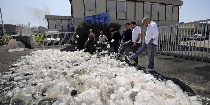 En avril 2010, après la mise en liquidation judiciaire de l'usine PIP, ses salariés lancent des prothèses mammaires pour protester contre les 120 licenciements annoncés.
